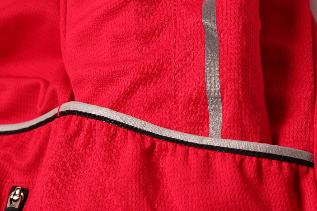 close up detail of the reflective trim on the soft wicking fabric of the xtract jersey by endura