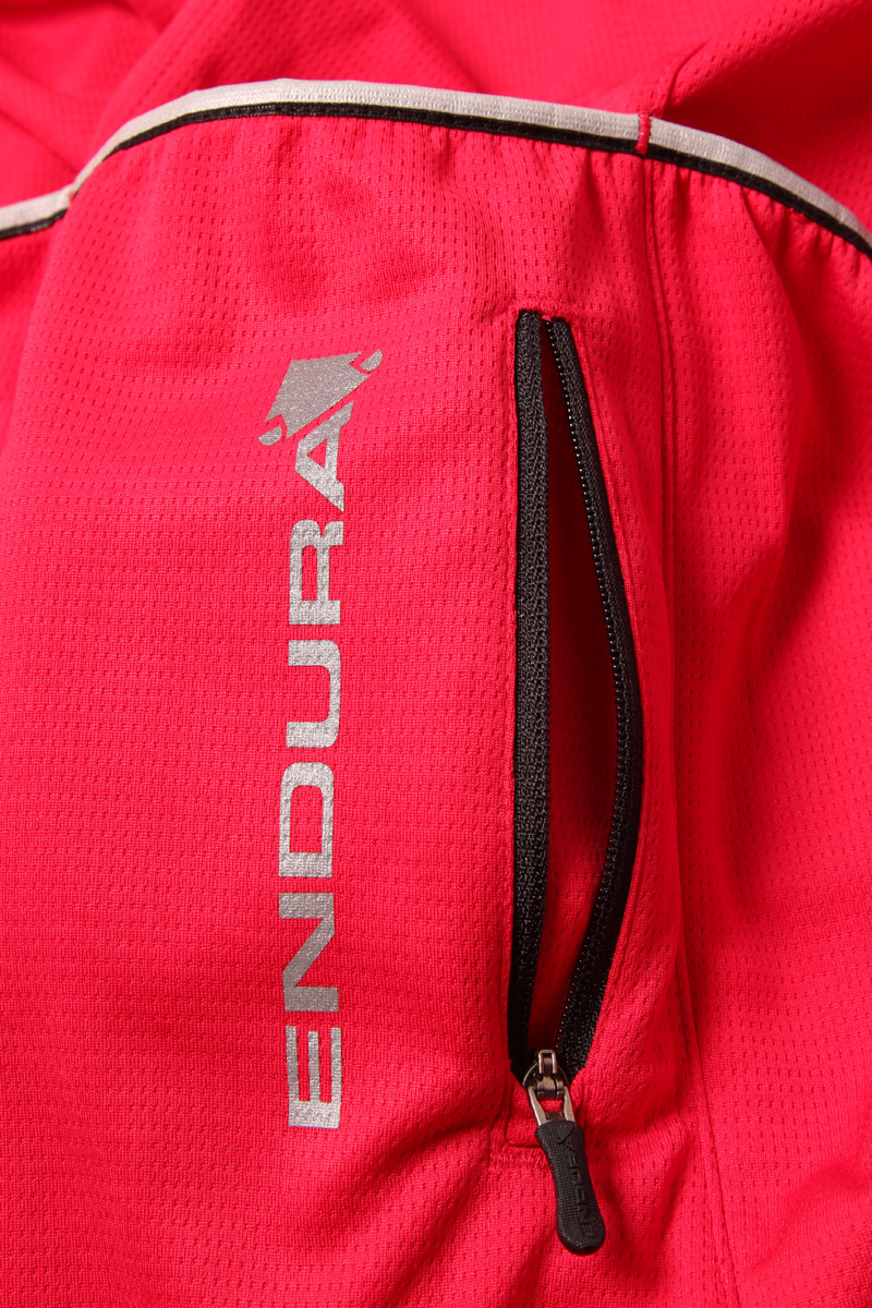 extra zippered security pocket on the back of the xtract ii endura short sleeve cycling jersey